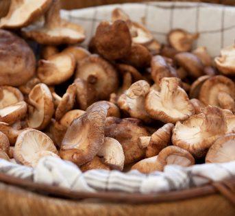 Funghi al forno con patate e crostata di more