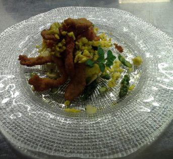 Coniglio fritto con riso alla curcuma e asparagi