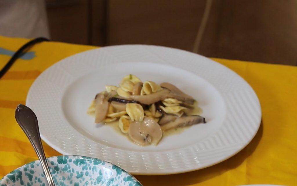 Orecchiette con funghi cardoncelli e cicerchie